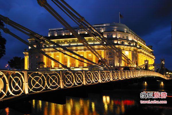 (二)嘉佩乐酒店:两百年的时空交错 嘉佩乐前身是殖民时代英国政府高官位于圣淘沙岛的会议场地,原名为Tanah Merah(马来语意为:红色土地),建于1880年。 国建筑师Norman Foster在重建嘉佩乐时,保留了建筑原始的面貌,巧手打造了富有古典气息的酒店主楼和用流线设计塑造时代感浓郁的的客房区。