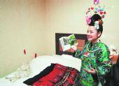 村民压箱底的盛装 让她穿到北京去(图)