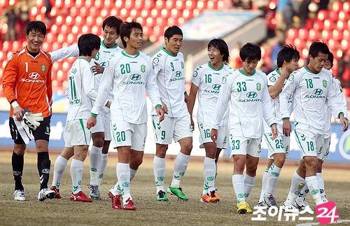 黄博文和球队欣喜获得三分