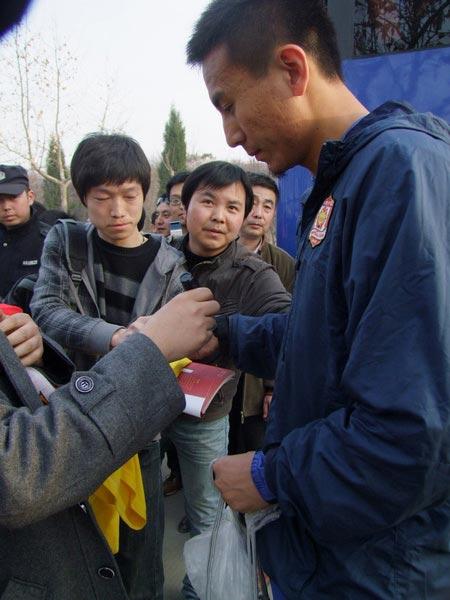 图文:陕西备战中超 毛剑卿签名