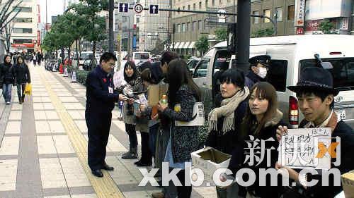 陈光标在东京街头捐款救灾。陈光标/供图