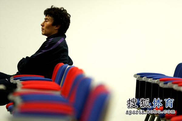 李玮峰等待发布会开始