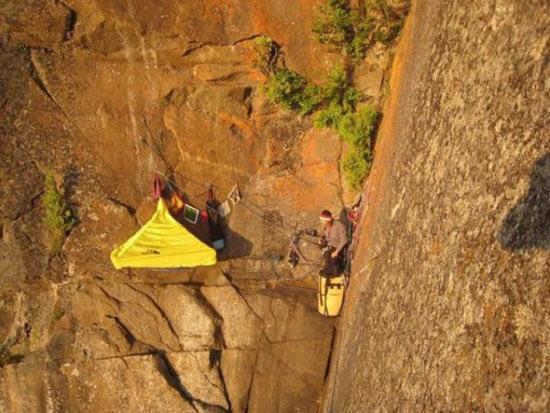 喜欢挑战冒险的人在悬崖峭壁上的生活.-真正的户外爱好者 睡在峭