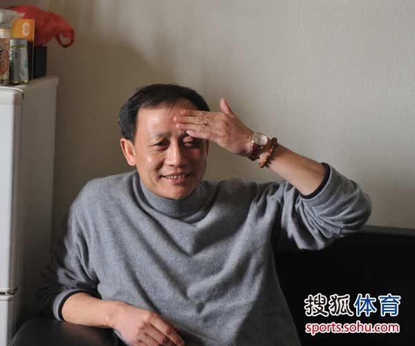 图文:成足主帅王宝山下课 王宝山苦笑