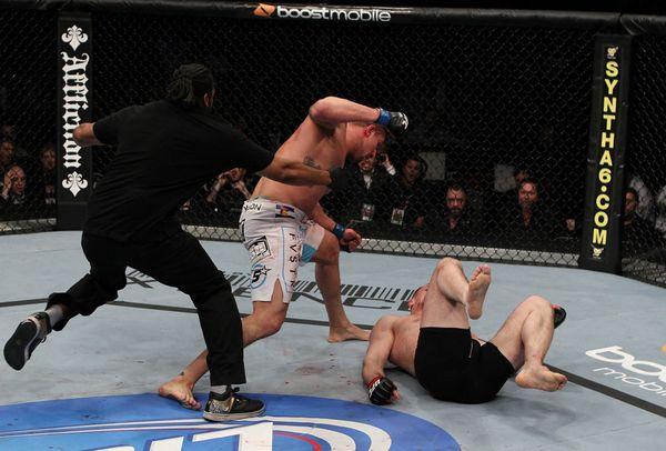 图文:UFC128米尔科负布兰登 布兰登追加锤击