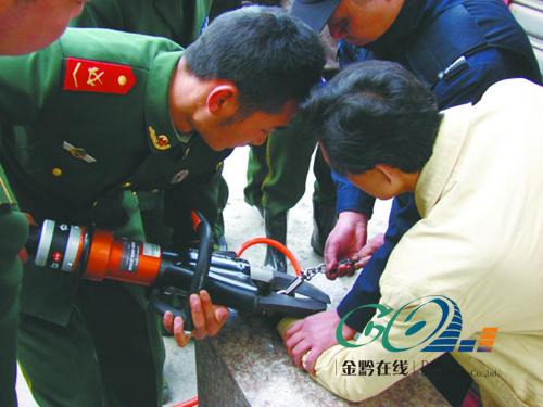 消防官兵用液压剪剪手铐.图片