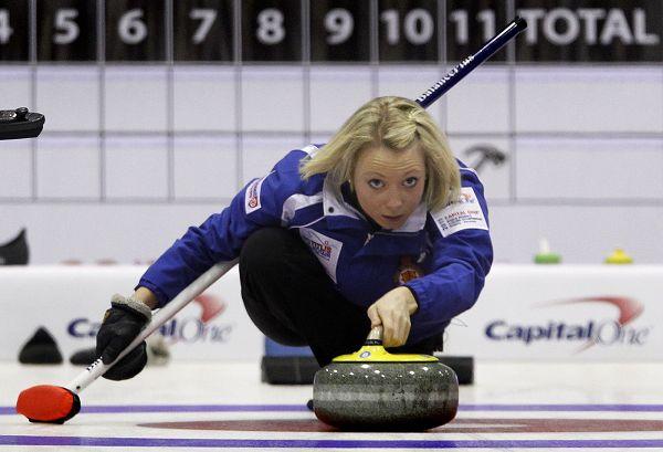 图文:女子冰壶世锦赛第6轮 安娜-斯隆投掷