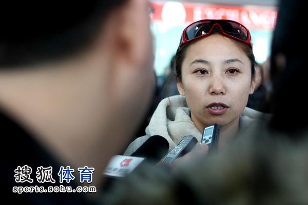图文:短道速滑队载誉抵京 李琰回答提问