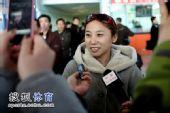 图文:短道速滑队载誉抵京 李琰接受采访
