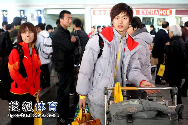 图文:短道速滑队载誉抵京 终于回家了