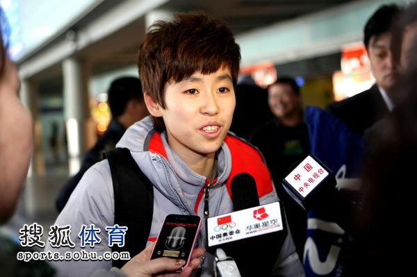 图文:短道速滑队载誉抵京 范可新接受采访