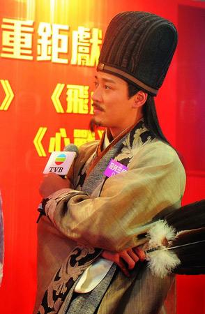 林峰昨天为TVB推荐电视剧《回到三国》,饰演诸葛亮的他形容该剧类似古装版的《谈情说案》