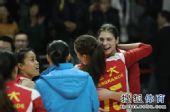 图文:[女排]恒大3-1上海 乔瓦娜拥抱汤姆洛根