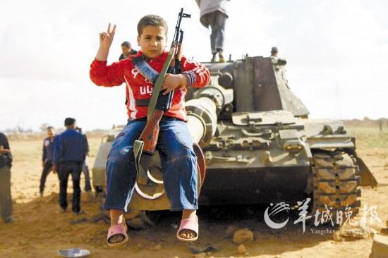 3月21日下午,班加西以南60公里处一个被法国空军袭击过后的利比亚政府军坦克阵地 CFP供图