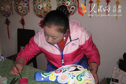 尹人摄影_来自陕西的中国马勺脸谱艺术嫡系传人李舸现场制作 摄影:尹吉