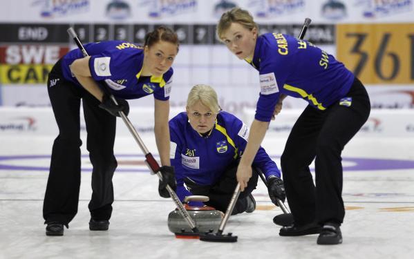 图文:女子冰壶世锦赛第14轮 瑞典队齐心合力