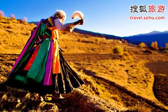 美丽的西藏卓舞舞者