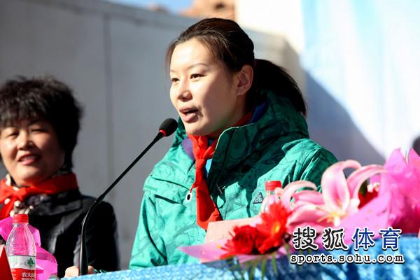 张怡宁/图文:张怡宁再握球拍当师傅侃侃而谈