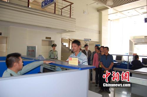 出入境旅客和归国人员办理手续.陈宣伊 摄-中缅边境口岸出入境秩序
