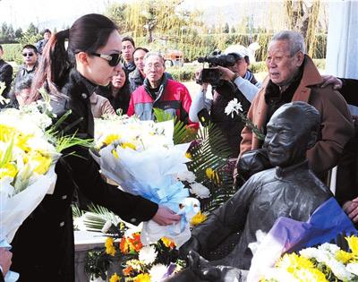 侯瓒向爷爷侯宝林的铜像献花