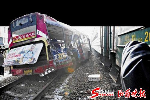 乌鲁木齐:公交车与火车相撞(图)