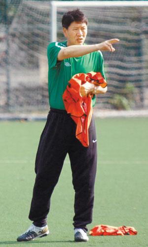 深圳凤凰队主教练李树斌曾是国字号名帅。