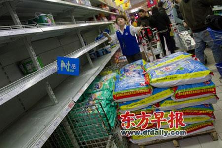 昨天,斜土路家乐福徐汇店,日化产品货架空空如也。 早报记者 王炬亮 实习生 杨深来 图
