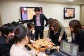 图文:正官庄杯韩国夺冠 小李与女棋手一起研究