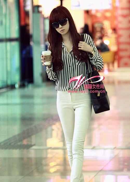 黑白条纹加白色牛仔裤