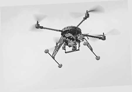 网友自制的四轴飞行器 本组图片由记者 刘嵩 摄