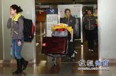 图文:中国冰壶女队载誉归国 运动员走出大厅
