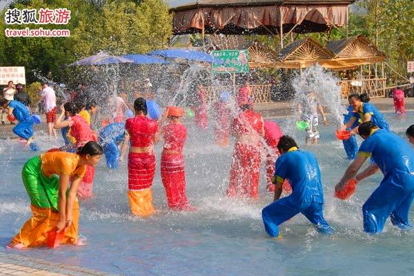 泼水节上的五光十色 图片来源:傣族泼水节 (搜狐圈子)