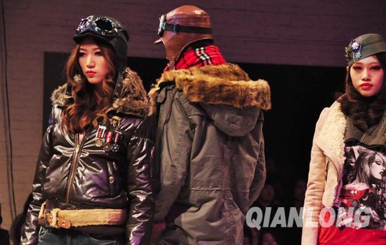 飞行员夹克和朋克摇滚风格的服装是今年真维斯设计的主推款式