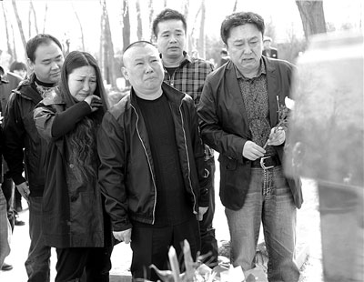郭德纲(前中)和夫人王惠(前左)及于谦带领德云社演员在侯耀文铜像前吊