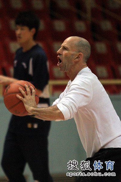 东莞教练戈尔为队员传球