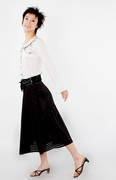 图文:张怡宁经典写真 白衣黑裙清纯靓丽
