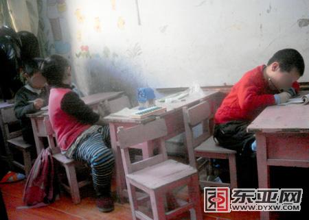 孩子在黑幼儿园里写作业