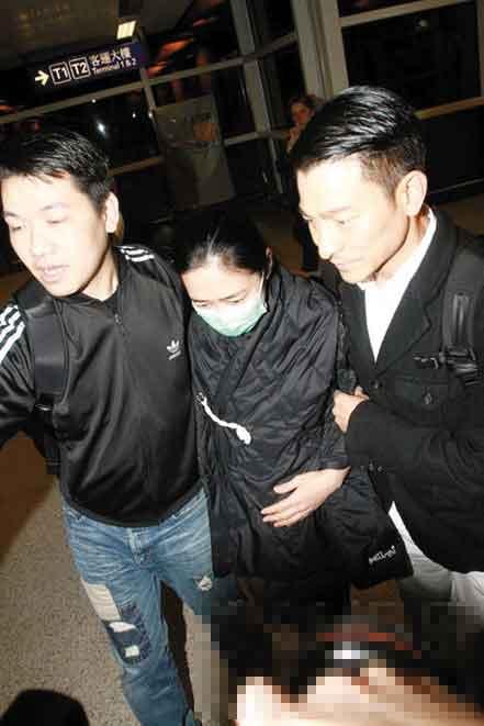 朱丽倩(中)一直用手护着肚子