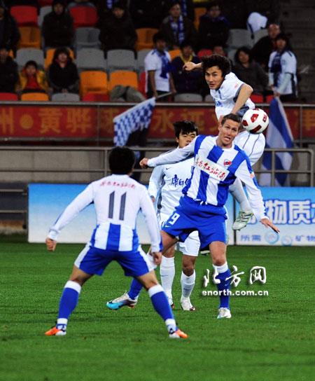 图文:[中超]天津1-0深圳 大头力压对手