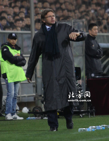 图文:[中超]天津1-0深圳 特鲁西埃场边指挥
