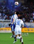 图文:[中超]天津1-0深圳 陈涛与对手争抢