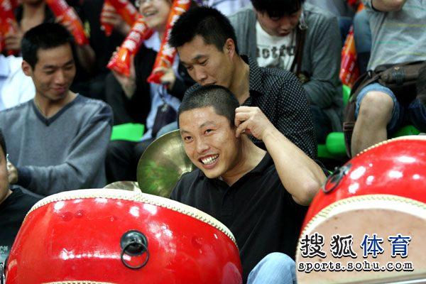 图文:[女排决赛]恒大VS天津 恒大女排球迷