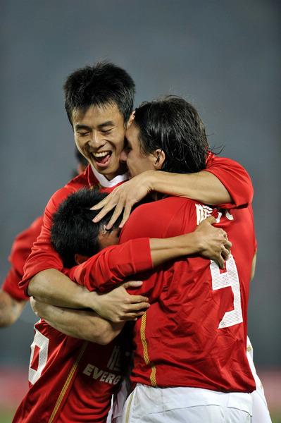 图文:[中超]恒大1-0实德 恒大队员拥抱