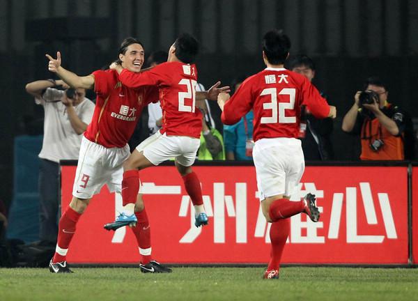 图文:[中超]恒大1-0实德 队友祝贺克莱奥