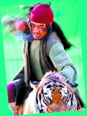 武松给老虎致命一击的时候靠的还是他的拳头