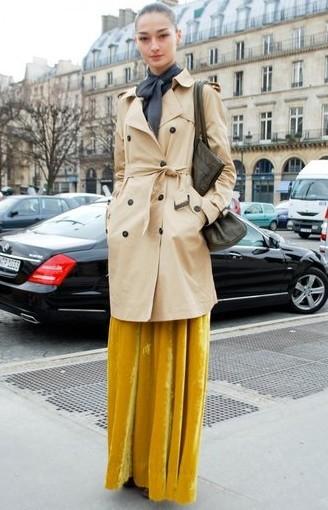 卡其色风衣与舞台感十足的黄色长裙搭配既不张扬又有