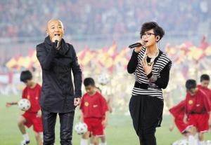 周晓欧(左)和周笔畅合作演绎中超主题曲《超越》