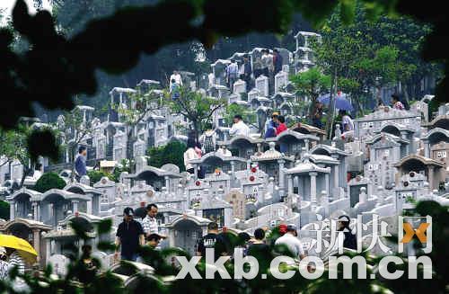 中华永久墓园内点歌区的工作人员就忙个不停