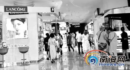 ①来三亚免税店参观、购物的游客络绎不绝