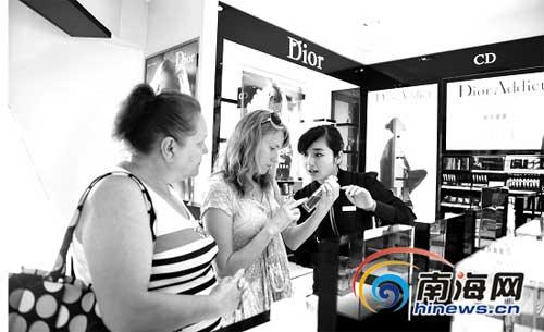 ②外国游客在三亚免税店挑选香水